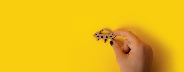 Houten symbool ufo ter beschikking over geel