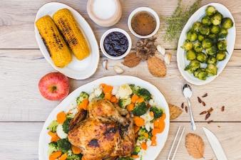 Houten tafel bedekt met verschillende gerechten