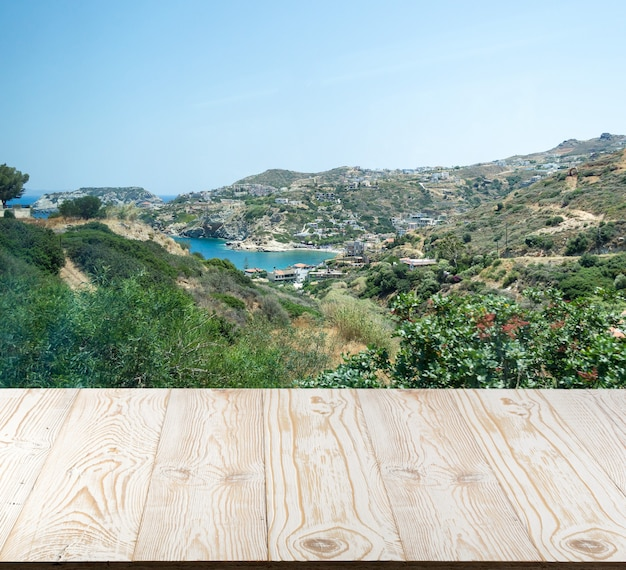 Houten tafel buiten met uitzicht op de bergen in een mooie zomerdag.