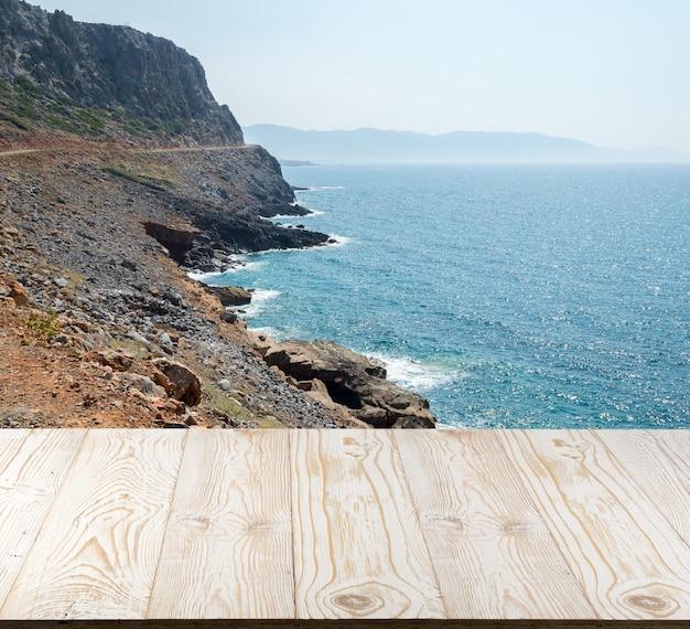 Houten tafel buiten met uitzicht op zee op een mooie zomerdag.