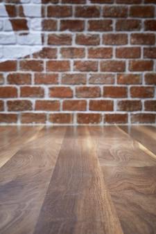 Houten tafel en bakstenen muur achtergrond