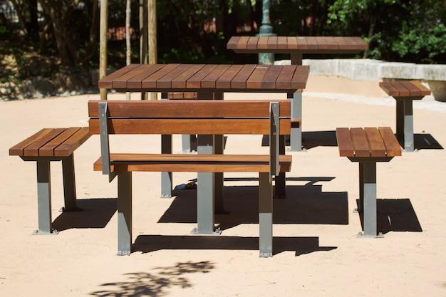 Houten tafel en bank in het stadspark