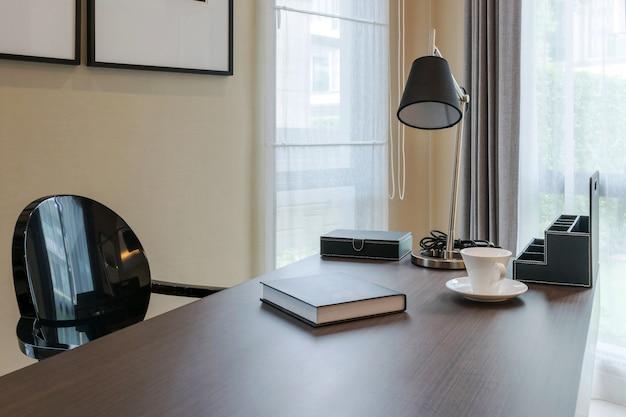 Houten tafel en boeken in moderne werkkamer interieur