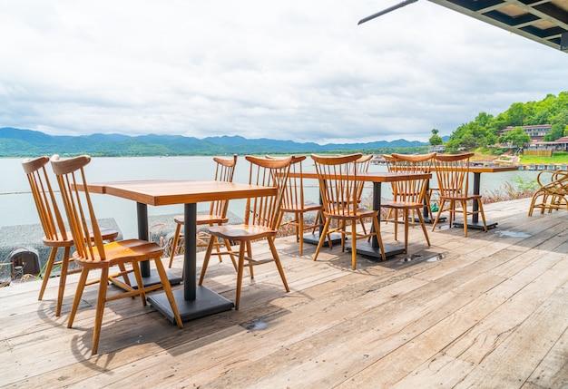 Houten tafel en stoel in café-restaurant