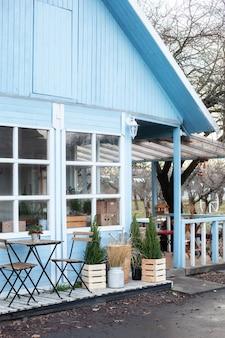 Houten tafel en stoelen op veranda van huis