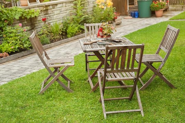 Houten tafel en stoelen