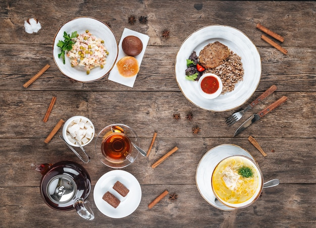 Houten tafel geserveerd met russische gerechten voor de lunch