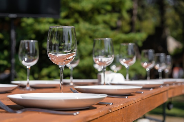 Houten tafel geserveerd zonder tafelkleed. cafe in het openluchtpark.