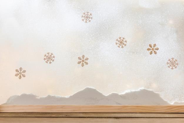 Houten tafel in de buurt van bank van sneeuw en sneeuwvlokken