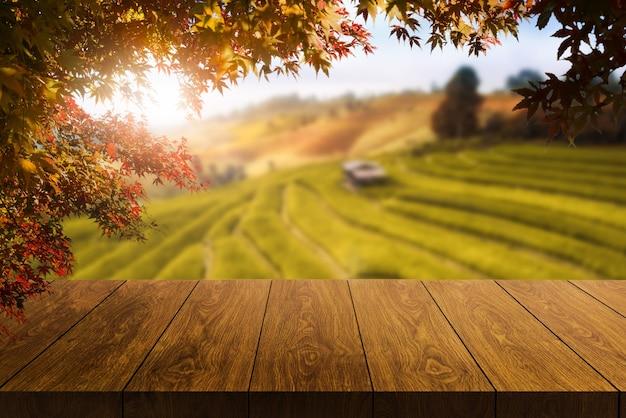 Houten tafel in de herfstlandschap met lege kopie ruimte voor productvertoning mockup.