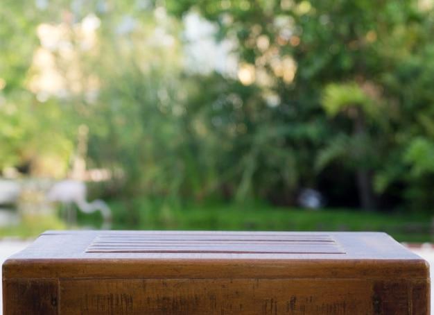 Houten tafel in de tuin