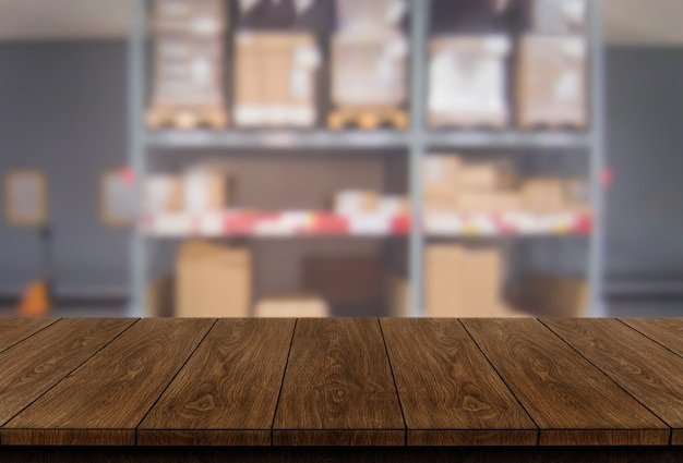 Houten tafel in magazijn opslag achtergrond met lege kopie ruimte op tafel voor productweergave wazig