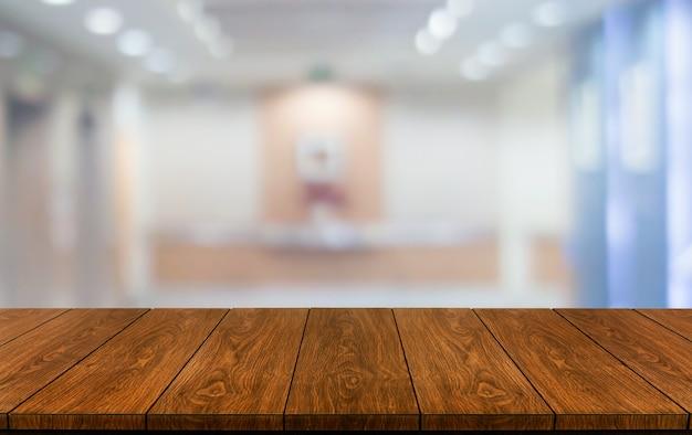 Houten tafel in modern huiskamer interieur met lege kopie ruimte op tafel voor product display mockup