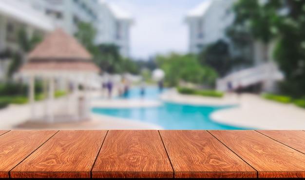 Houten tafel in zomervakantie vakantie.