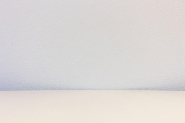 Houten tafel met concrete achtergrond
