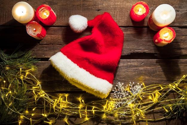 Houten tafel met kerstmuts en decoraties.