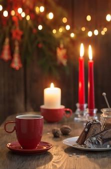 Houten tafel met kersttaart en decor
