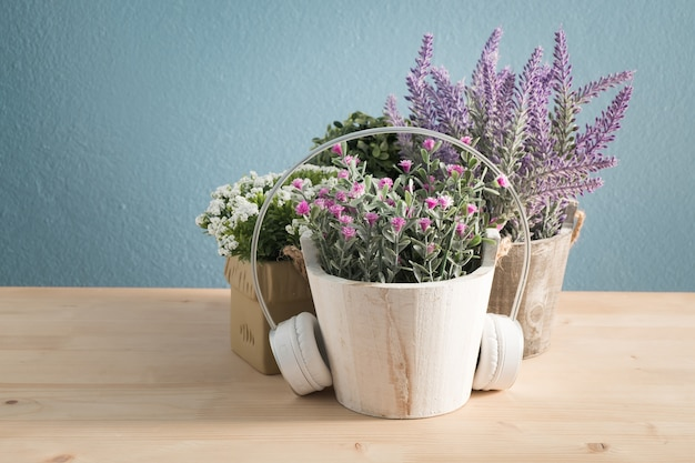 Houten tafel met mooie bloem op pot