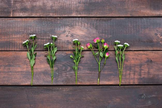 Houten tafel met rozen, bovenaanzicht