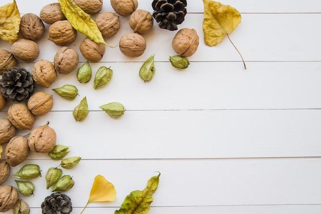 Houten tafel met walnoten