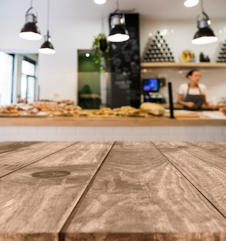 Houten tafel met wazig restaurant scène