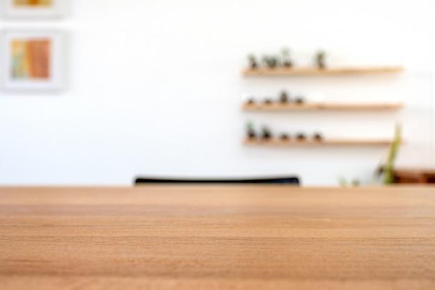 Houten tafel met wazig witte muur achtergrond