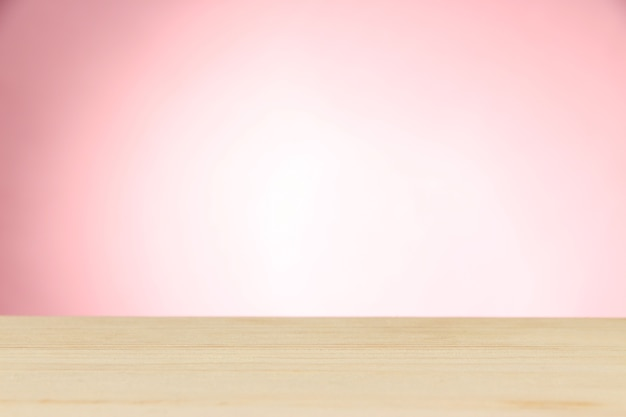Houten tafel op licht roze achtergrond