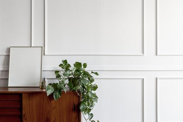 Houten tafel tegen een witte muur