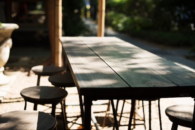 Houten tafel van de buitenlucht café