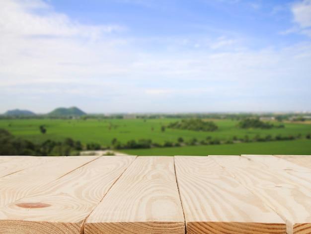 Houten tafel voor abstract wazig in cornfield achtergrond