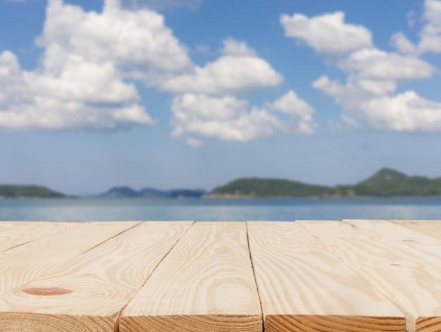 Houten tafel voor abstract wazig met het oog op de zee achtergrond