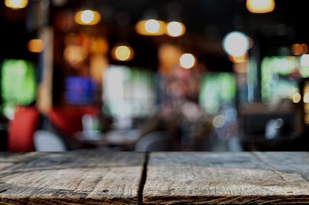 Houten tafel voor de achtergrond wazig