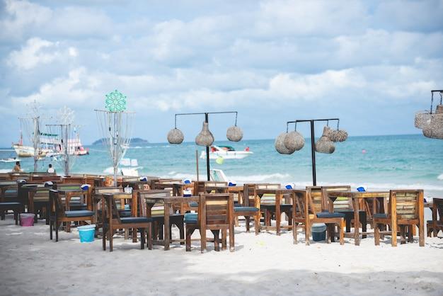 Houten tafel voor restaurant op het strand