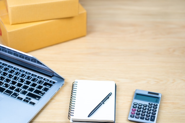 Houten tafel werkruimte kantoor thuis met laptopcomputer