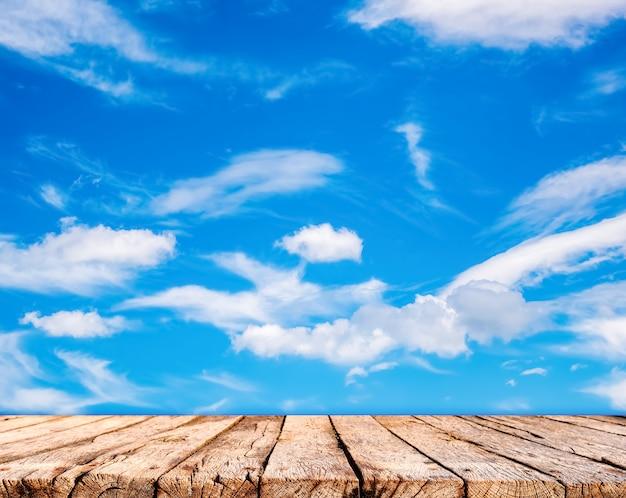 Houten tafelblad en blauwe hemelachtergrond
