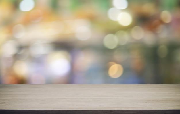 Houten tafelblad in blur achtergrond kamer interieur met lege kopie ruimte.