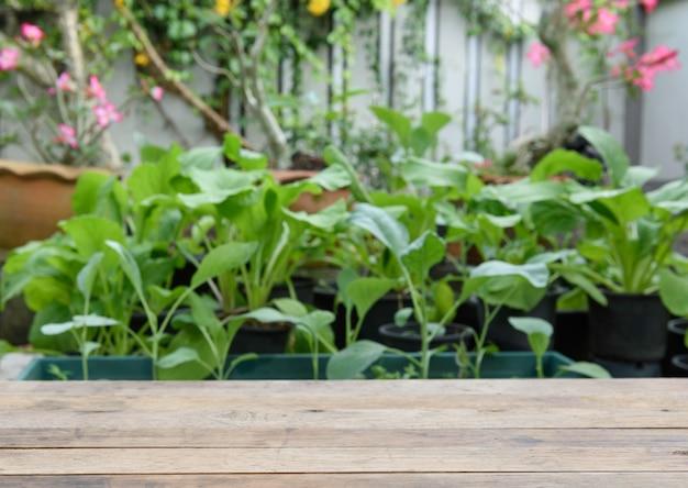 Houten tafelblad met groene groente en bloemen