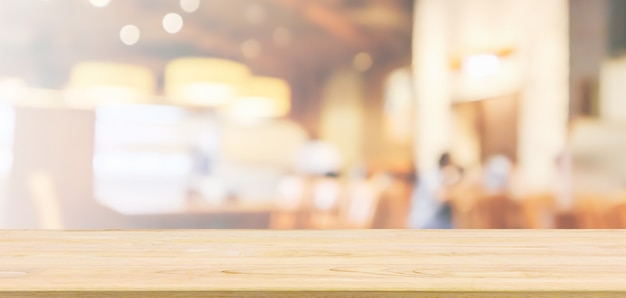 Houten tafelblad met restaurant café of coffeeshop interieur met mensen abstract intreepupil achtergrond wazig