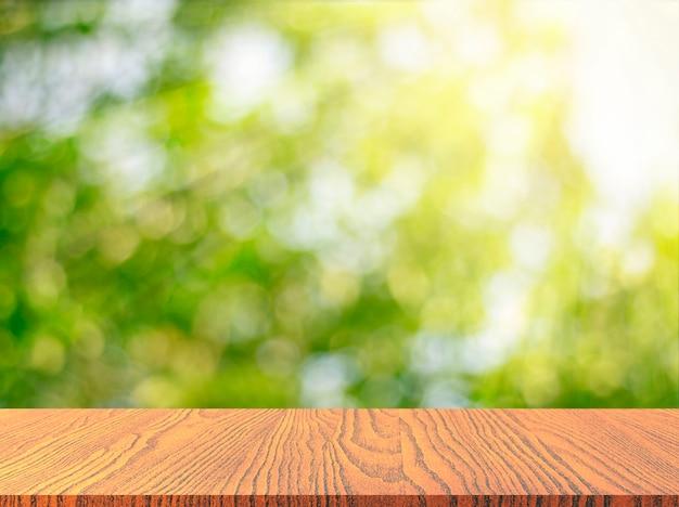 Houten tafelblad met verse groene aard vage achtergrond
