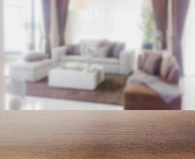 Houten tafelblad met vervaging van moderne woonkamer interieur als achtergrond
