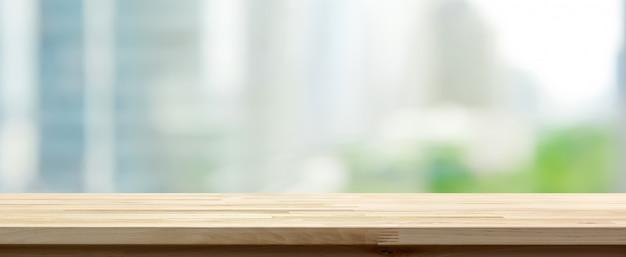 Houten tafelblad op abstracte wazig stadsgezicht achtergrond