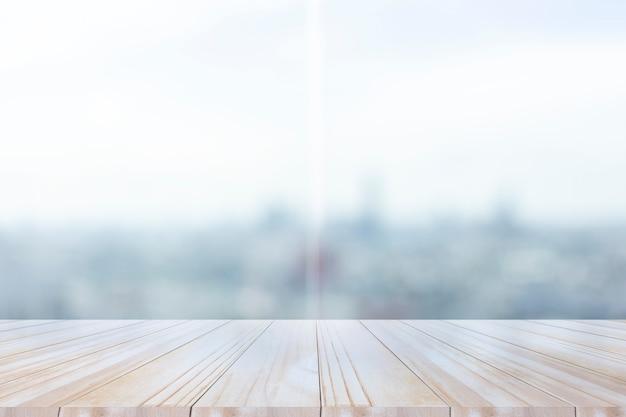 Houten tafelblad op helder venster