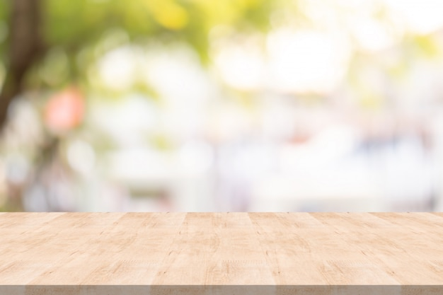 Houten tafelblad op onscherpe achtergrond in de tuin