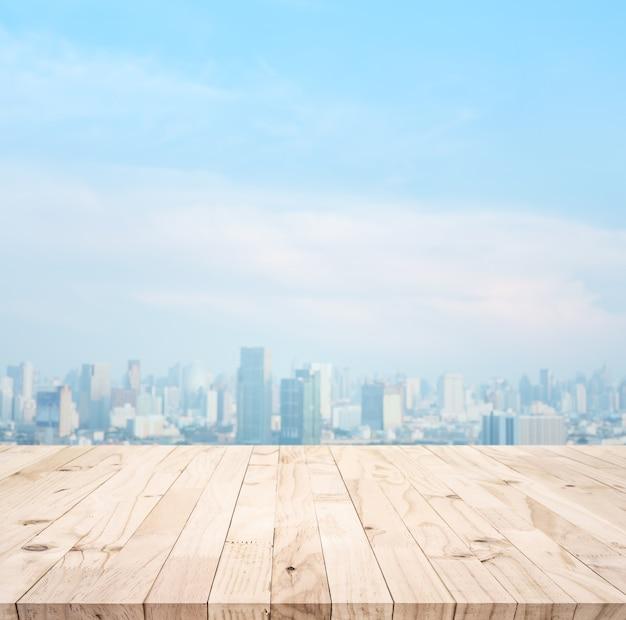 Houten tafelblad op onscherpte uitzicht op de stad voor montage van het product