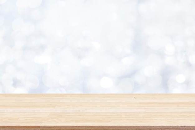 Houten tafelblad op witte bokeh abstracte achtergrond en gebruikt voor montage of weergave van producten