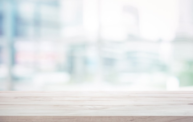 Houten tafelblad op witte glazen venster achtergrond wazig