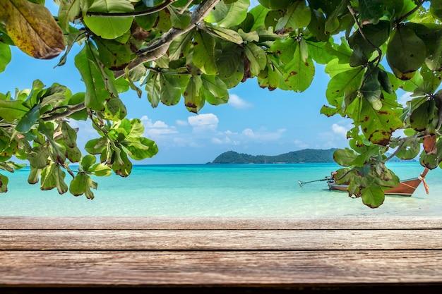 Houten tafelblad op zee kleurrijke strand