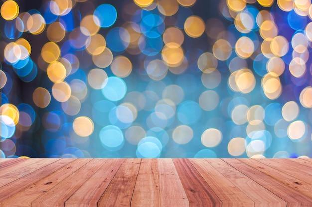 Houten tafelblad 's nachts op de achtergrond