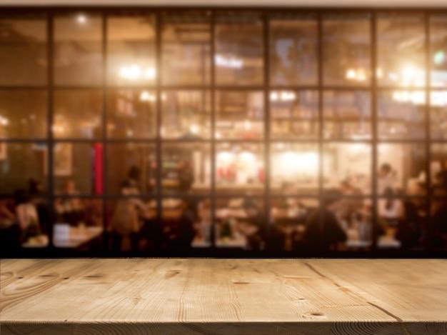 Houten tafelblad teller met nacht cafe club achtergrond