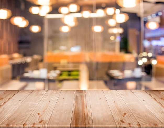 Houten tafelblad voor displayproduct met onscherp restaurant